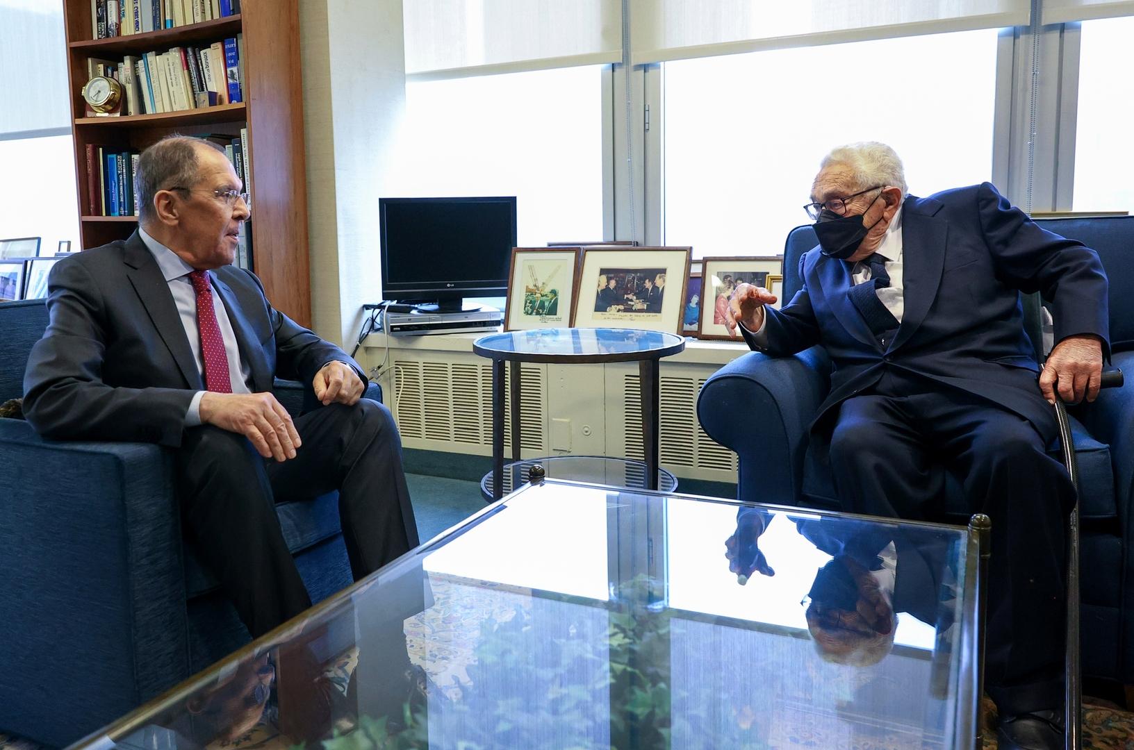 لقاء وزير الخارجية الروسي سيرغي لافروف مع وزير الخارجية الأمريكي الأسبق هنري كيسنجر في نيويورك