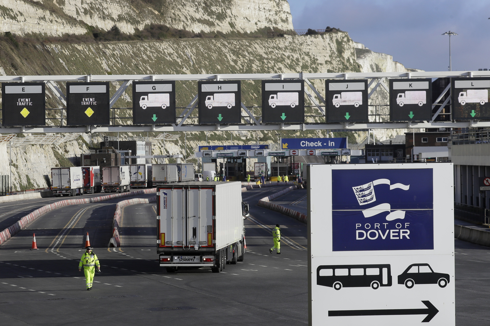 نشطاء مدافعون عن البيئة يحاصرون أكبر ميناء في أوروبا