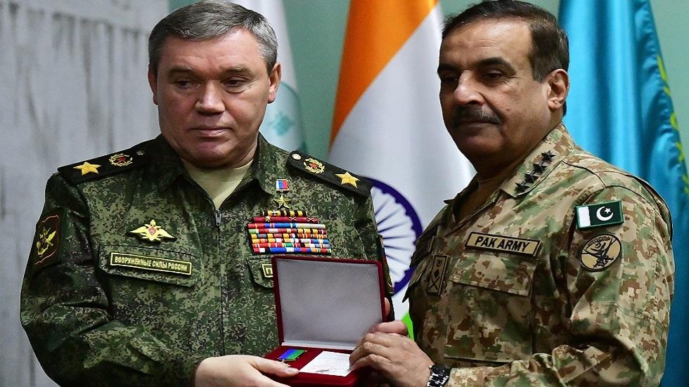 رئيس الأركان الروسي يبحث التعاون العسكري مع نظيره الباكستاني