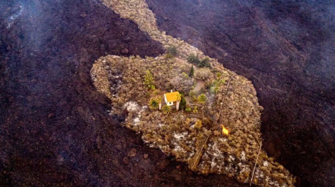 كجزيرة بين الحمم البركانية.. منزل ينجو بأعجوبة من بركان جزر الكناري (صور+فيديو)