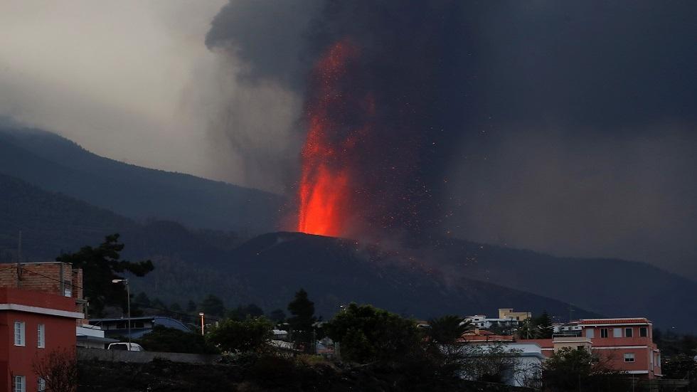 إسبانيا.. رجال الإطفاء في لا بالما ينسحبون أمام الحمم البركانية