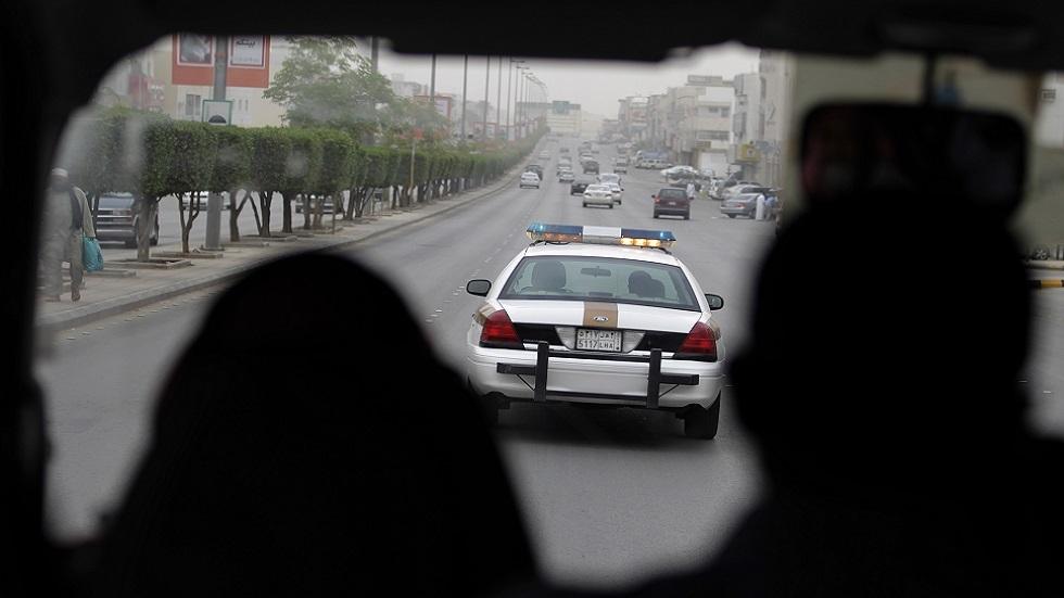 السعودية.. شاب يمنع هروب موقوف حاول الفرار من سيارة للشرطة... (فيديو)