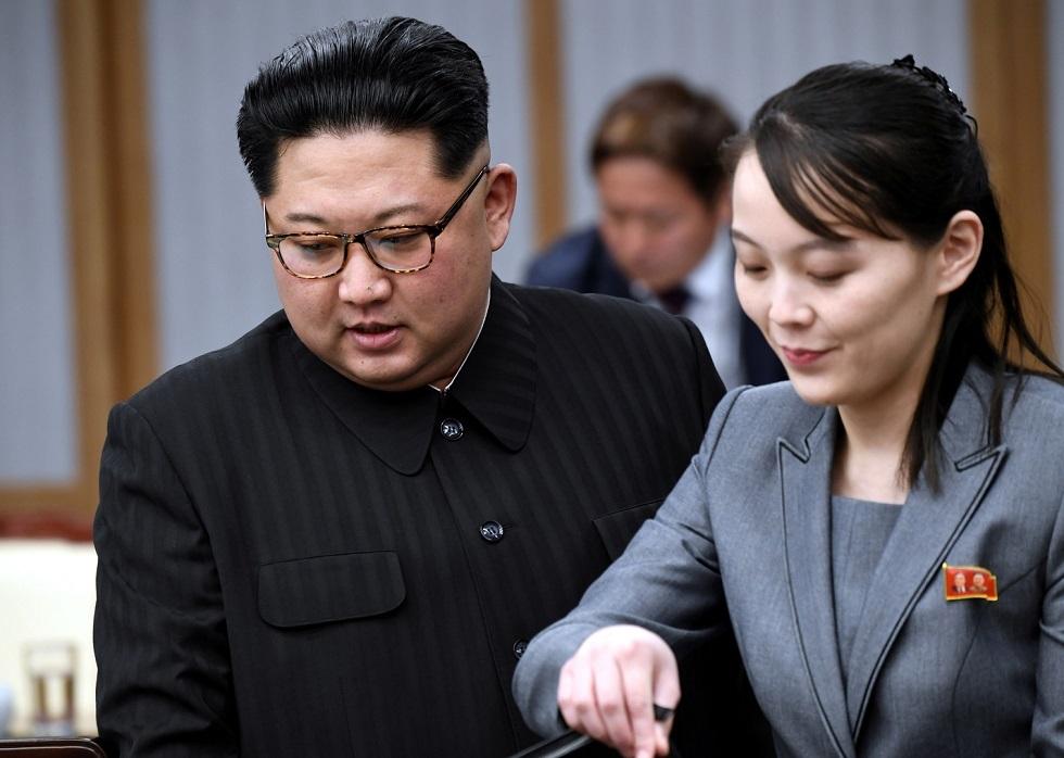 زعيم كوريا الشمالية كيم جونغ أون مع شقيقته كيم يو جونغ