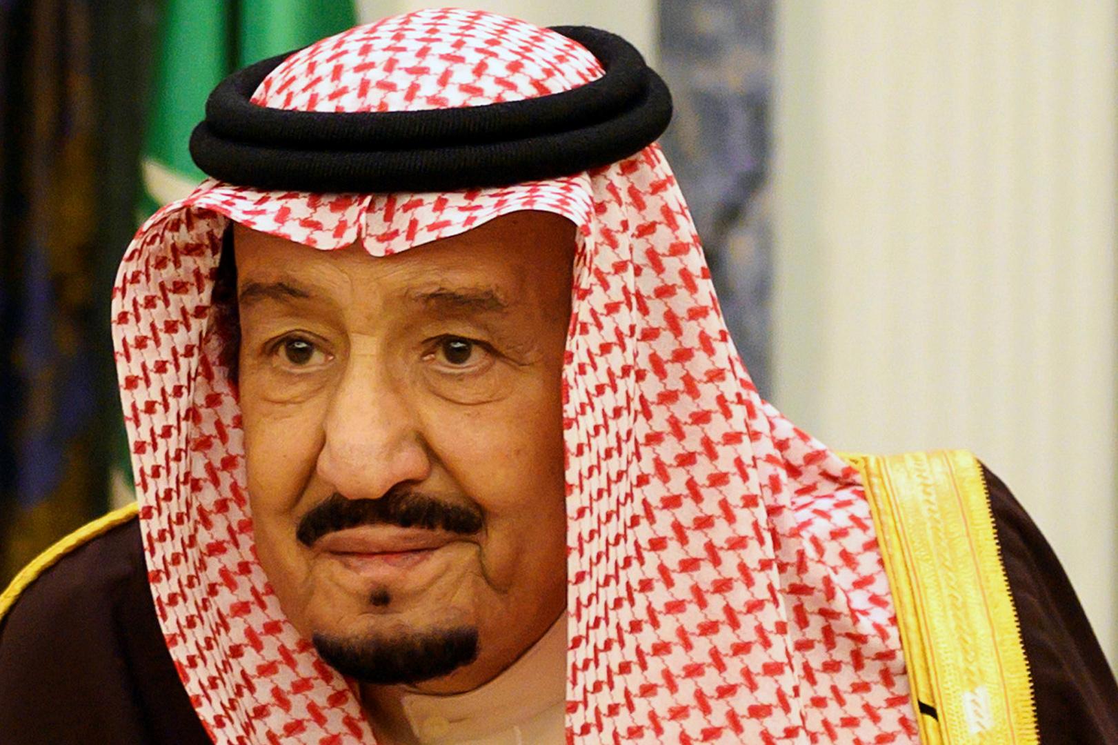 تداول صورة نادرة للملك السعودي سلمان ببدلة رسمية مع نجله الأمير عبد العزيز