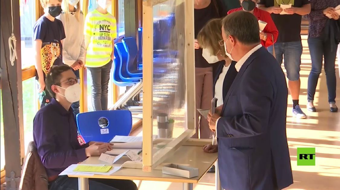 المرشح لمنصب مستشار ألمانيا أرمين لاشيت يرتكب خطأ فاضحا أثناء اقتراعه