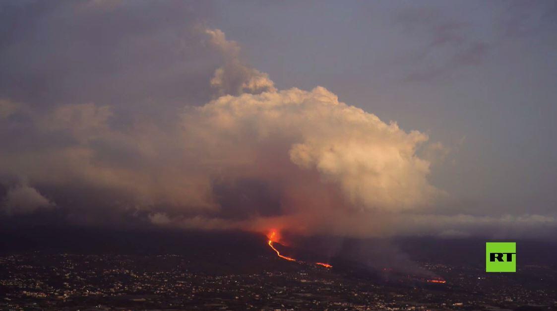 بالفيديو.. احتدام ثوران بركان