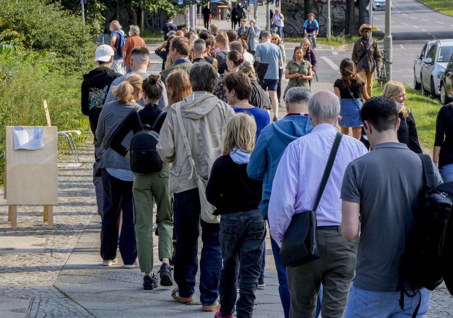 طابور من الناخبين عند مركز اقتراع في برلين