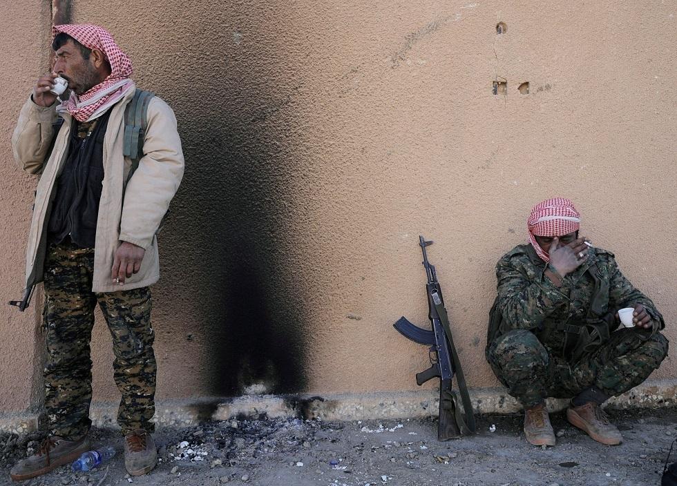 مقاتلان تابعان لقوات سوريا الديمقراطية