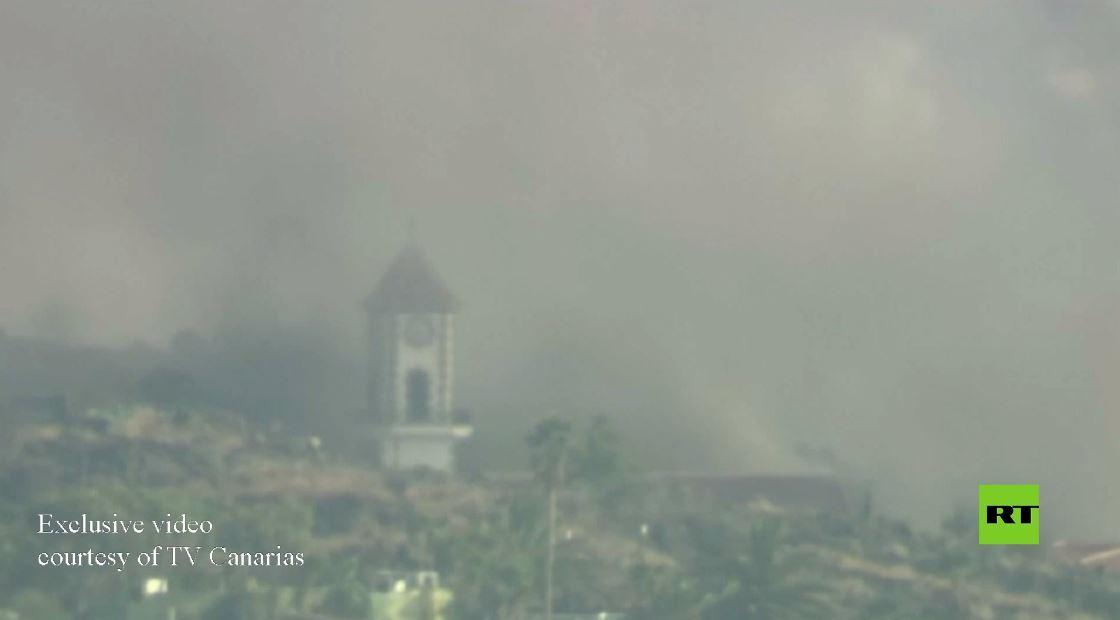 مشاهد درامية لتحطم برج كنيسة في سيل الحمم البركانية بجزيرة لا بالما الإسبانية
