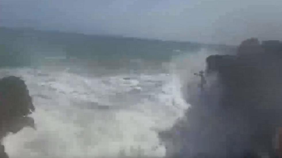 الكاميرا توثق مصرع شاب روسي ألقى بنفسه في مياه البحر الهائج لينقذ صديقته