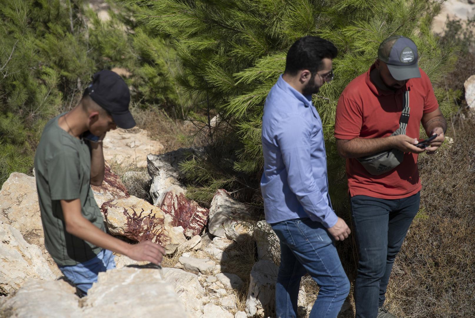 فلسطينيون في مكان عملية شنتها القوات الإسرائيلية ضد نشطاء