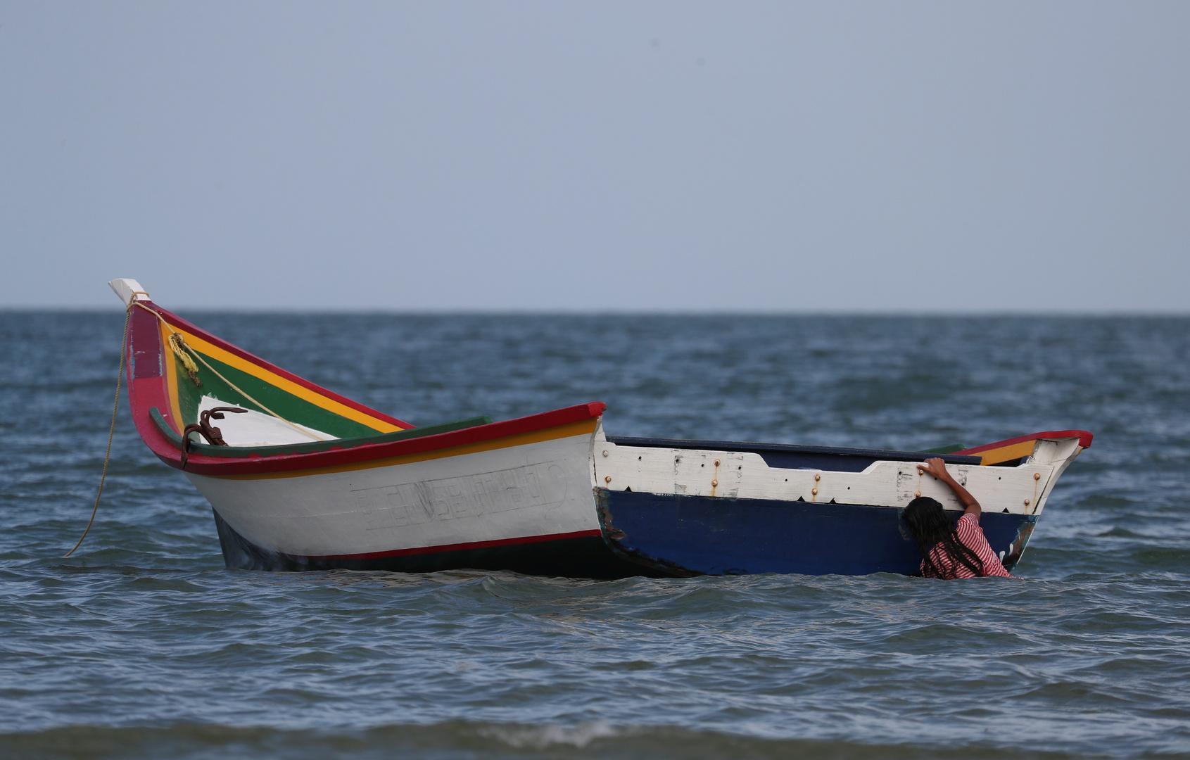 مركب للمهاجرين عبر البحر