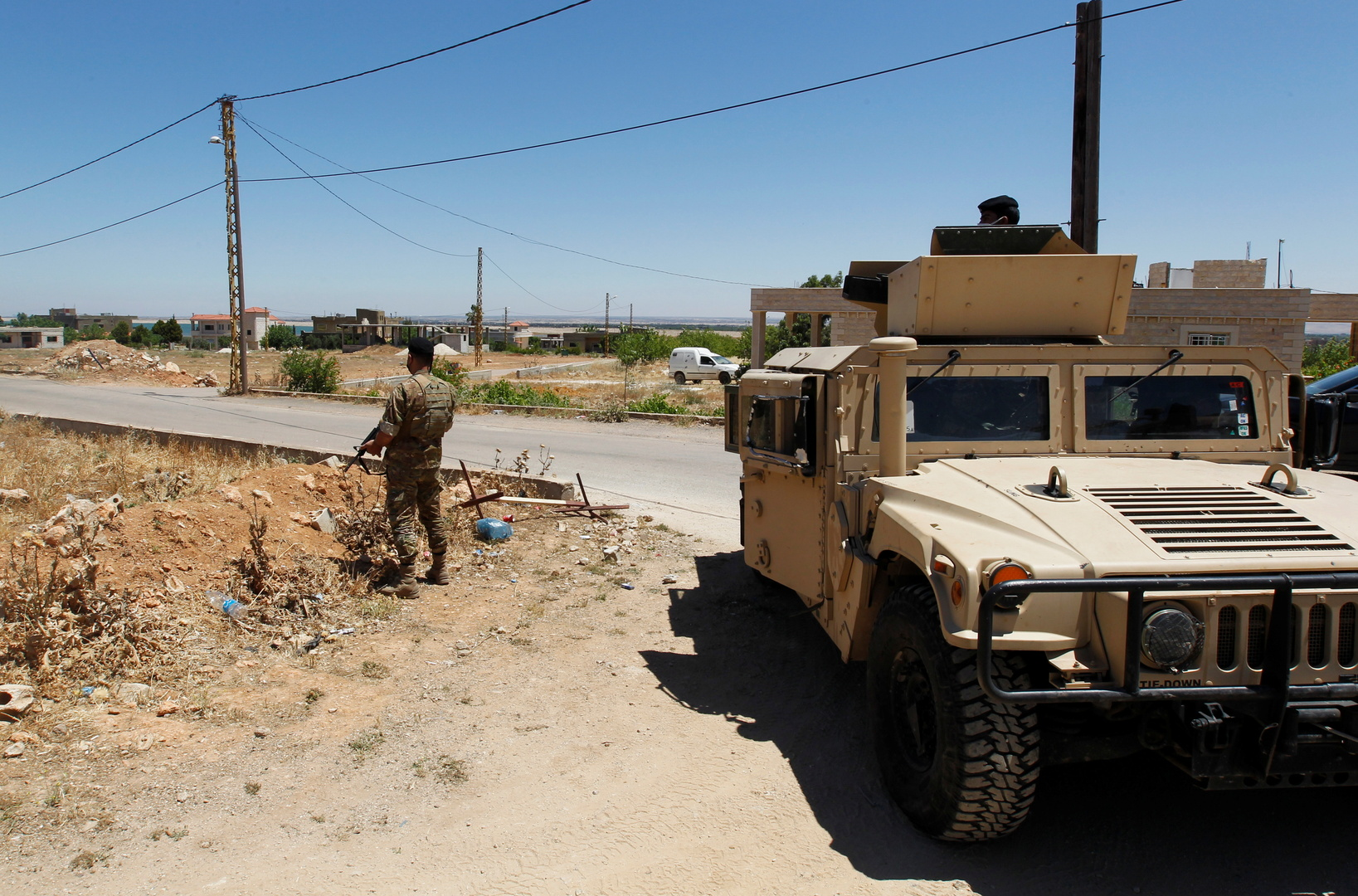 عناصر وآلية تابعة للجيش اللبناني