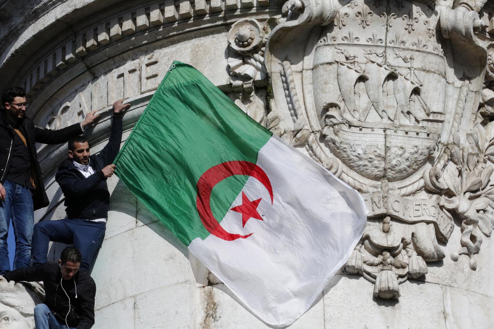 الجزائر  ترد على اتهام فرنسا لها برفض استقبال مهاجريها