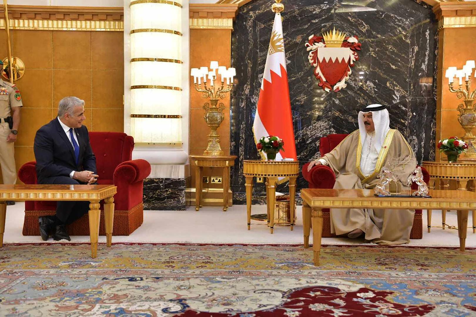 العاهل البحريني، الملك حمد بن عيسى آل خليفة، يستقبل وزير الخارجية الإسرائيلي، يائير لابيد.