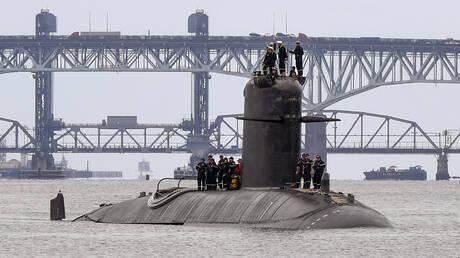 خبير: بايدن ينتهك مبادئه بتسليم تكنولوجيا إنتاج الغواصات النووية