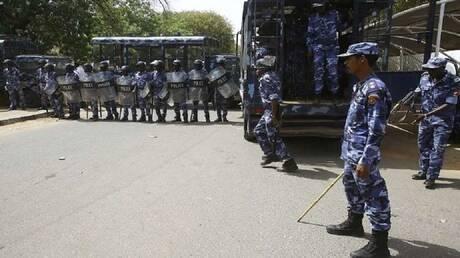 السودان.. إضرام النار بعربة للشرطة وسط الخرطوم (صورة + فيديو)