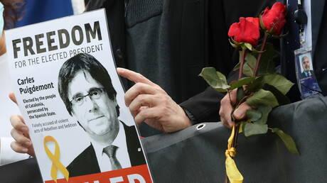 صحيفة: إيطاليا تفرج عن رئيس إقليم كتالونيا السابق كارليس بوتشديمون