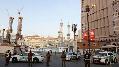 السعودية.. القبض على شخصين بحوزتهما كمية كبيرة من الأسلحة والمخدرات والنقود المزورة