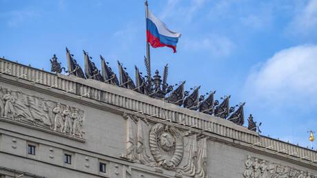 عسكريون روس يتفقدون موقعا عسكريا بريطانيا