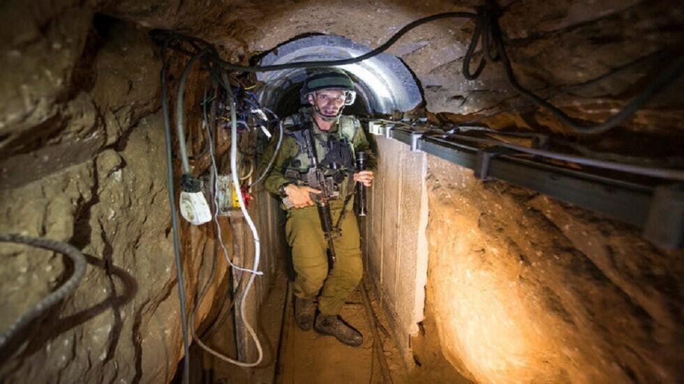 جندي إسرائيلي داخل نفق - أرشيف