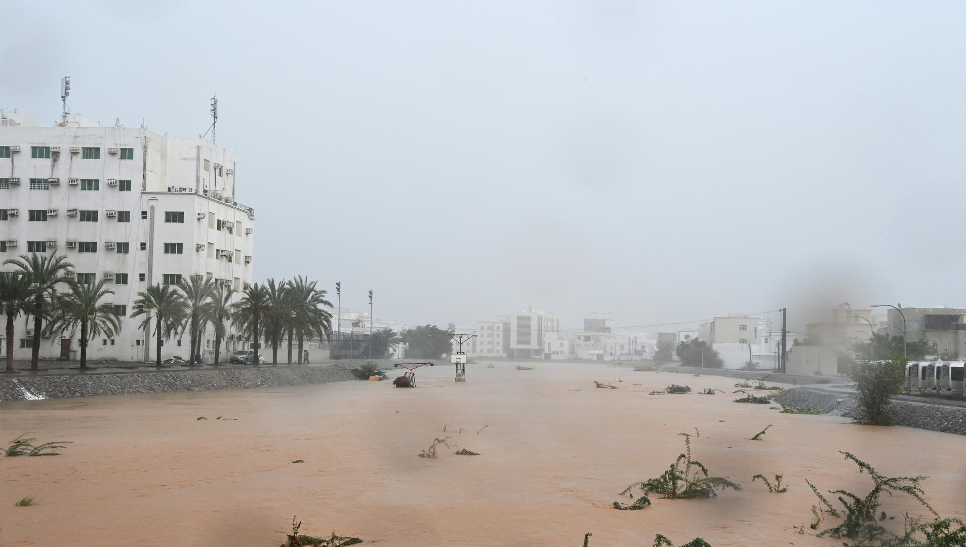 شوارع العاصمة العمانية مسقط بعد تعرضها لفيضانات وأمطار غزيرة ناجمة عن إعصار