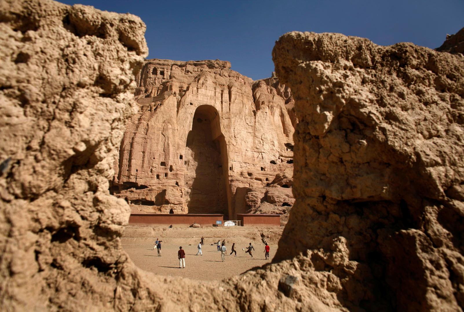 منفذ فارغ في جبال باميان بأفغانستان كان فيه سابقا تمثال عملاق لبوذا قبل أن دمرته