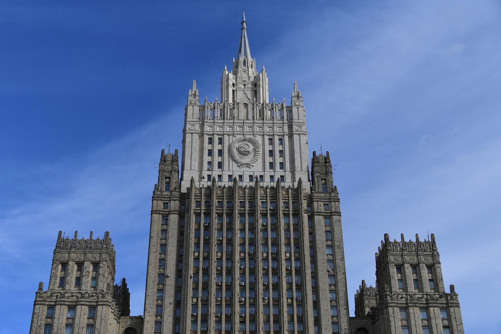 الخارجية الروسية تعلق على دعوة المشرعين الأمريكيين لطرد 300 دبلوماسي روسي