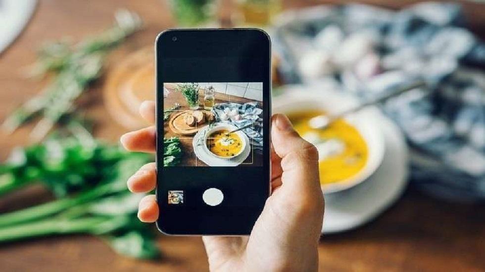 مشاركة صور الطعام على مواقع التواصل الاجتماعي قد تسبب ضررا جسديا غير متوقع!