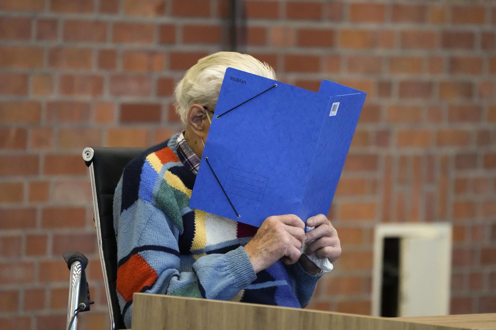 ألمانيا تحاكم حارسا نازيا في سن 100 عام
