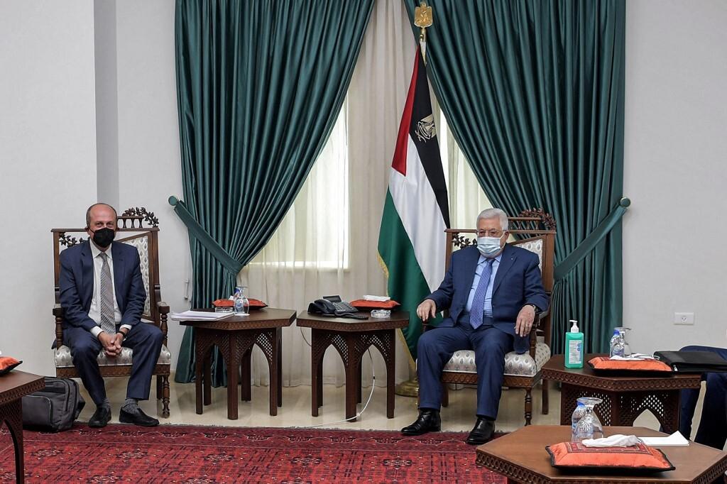 مساعد وزير الخارجية الأمريكية للشؤون الإسرائيلية والفلسطينية هادي عمرو والرئيس الفلسطيني محمود عباس