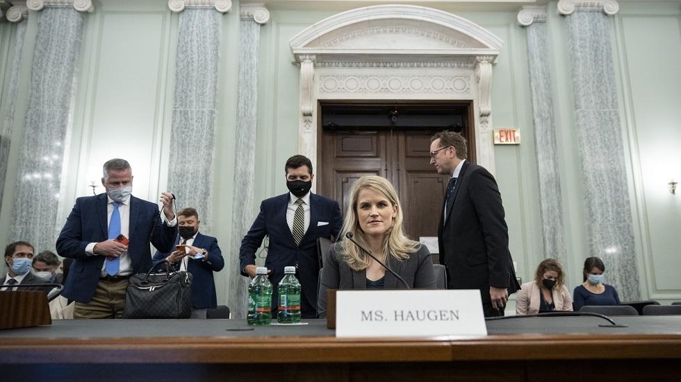 الموظفة المستقيلة من الشركة، فرانسيس هاوغين، أثناء شهادتها أمام لجنة حماية المستهلك وأمن البيانات في مجلس الشيوخ الأمريكي.