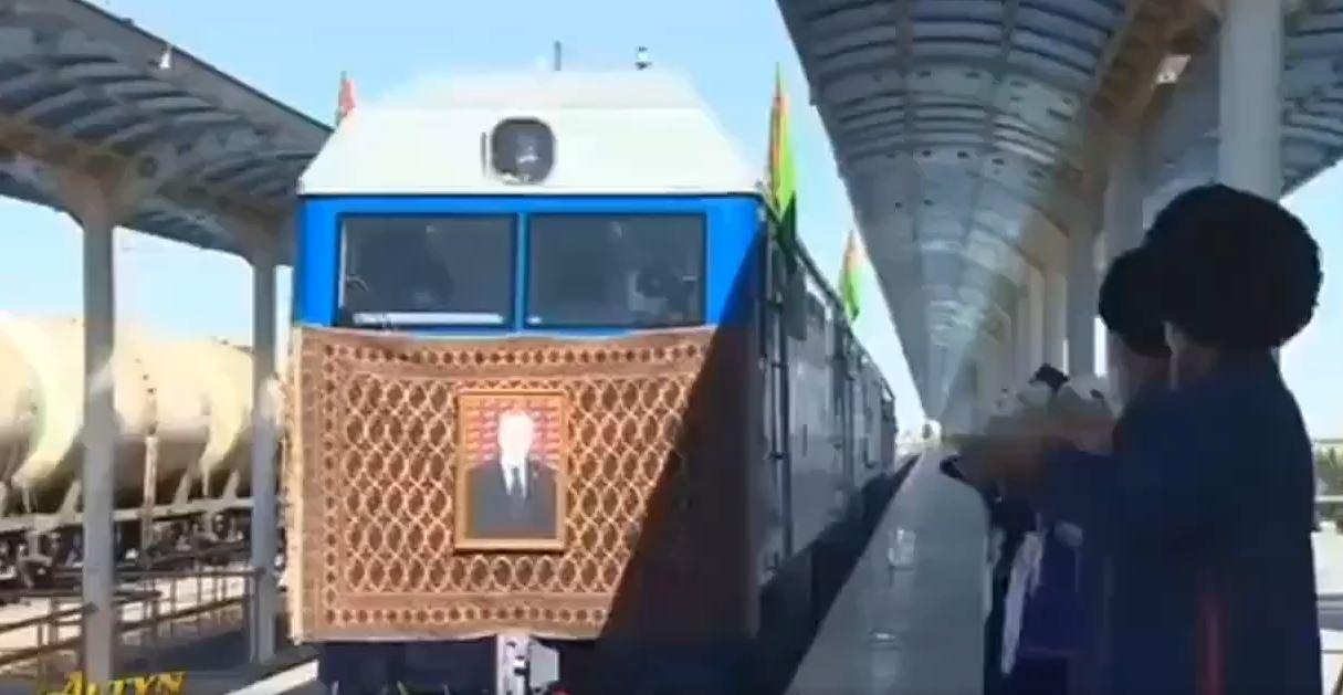 بالصلاة والبخور. سكان تركمانستان يرحبون بوصول القاطرات الجديدة من روسيا – فيديو