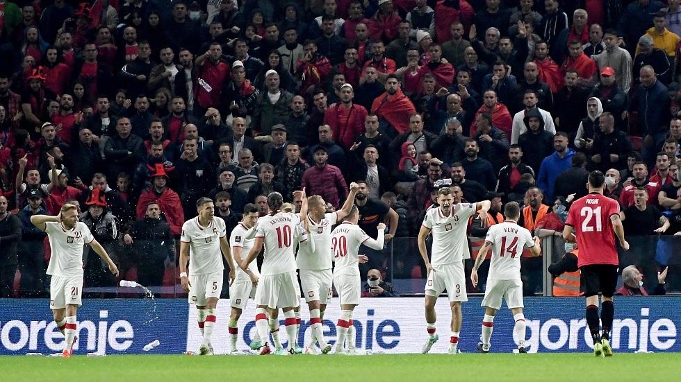 شاهد.. اعتداء الجماهير الألبانية الغاضبة بالزجاجات على لاعبي بولندا