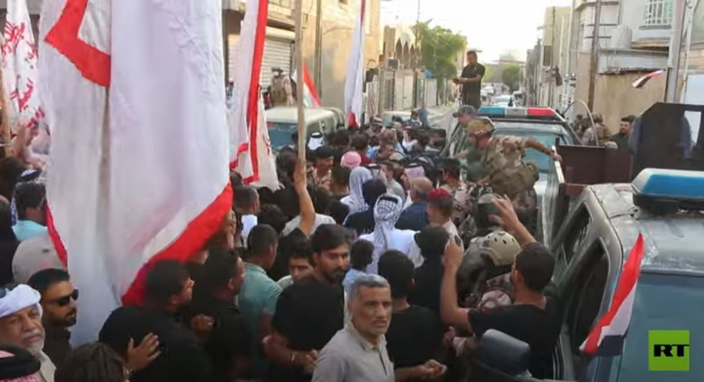 سكان البصرة يتظاهرون أمام مكتب مفوضية الانتخابات احتجاجا على النتائج المعلنة