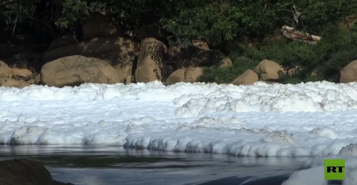رغوة سامة تغطي أحد أكبر الأنهار في البرازيل