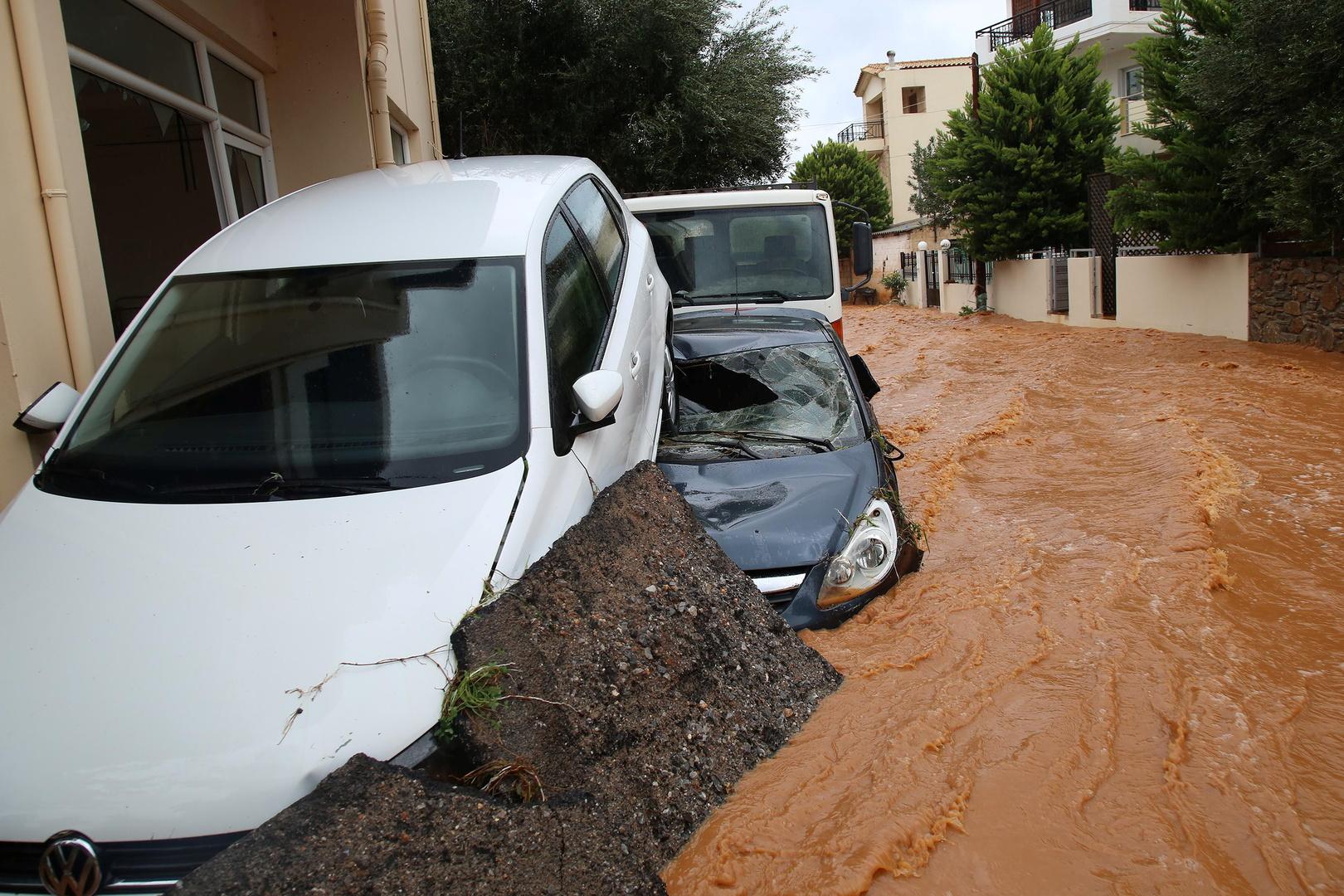 عاصفة تضرب جزيرة يونانية عانت من حرائق وأوامر بعمليات إجلاء