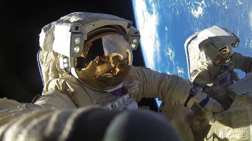 رواد يجرون عملية سير فضائي