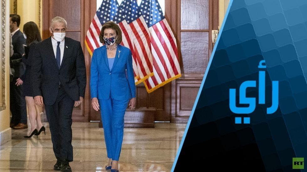 رئيسة مجلس النواب الأمريكي، نانسي بيلوسي، بصحبة وزير الخارجية الإسرائيلي، يائير لابيد، قبل المؤتمر الصحفي في مبنى الكابيتول الأمريكي بواشنطن 12 أكتوبر 2021