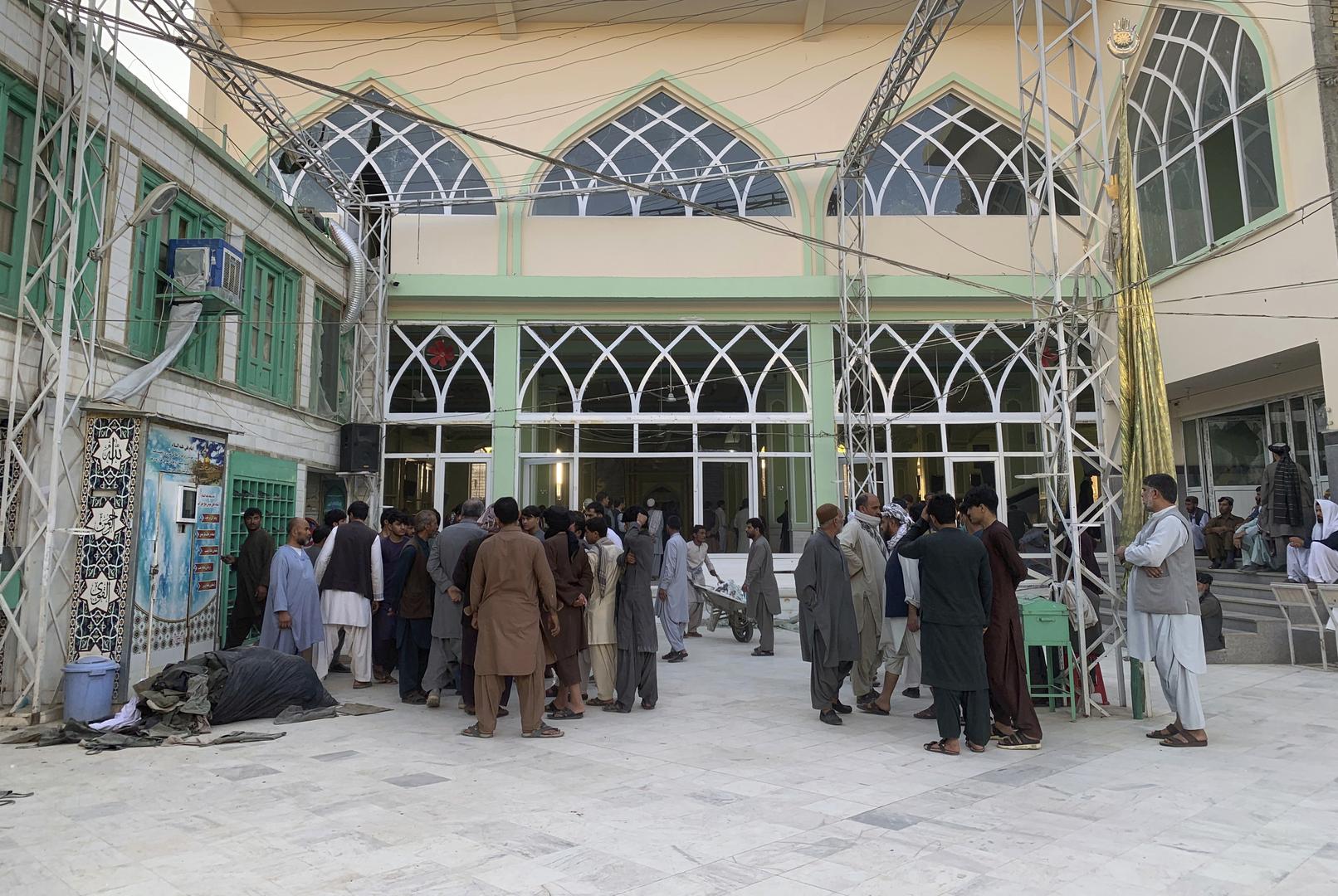 تجمع للناس في مسجد الإمام برقة الشيعي بمدينة قندهار جنوب أفغانستان بعد هجوم انتحاري تعرض له يوم 15 أكتوبر 2021.