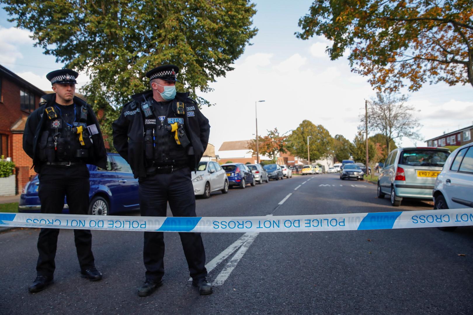 عناصر بالشرطة البريطانية قرب موقع اغتيال النائب في البرلمان، دافيد أميس.