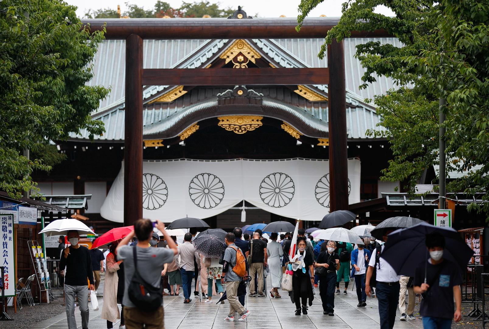 في خطوة قد تغضب الجيران.. رئيس وزراء اليابان يقدم هبة لمعبد مثير للجدل