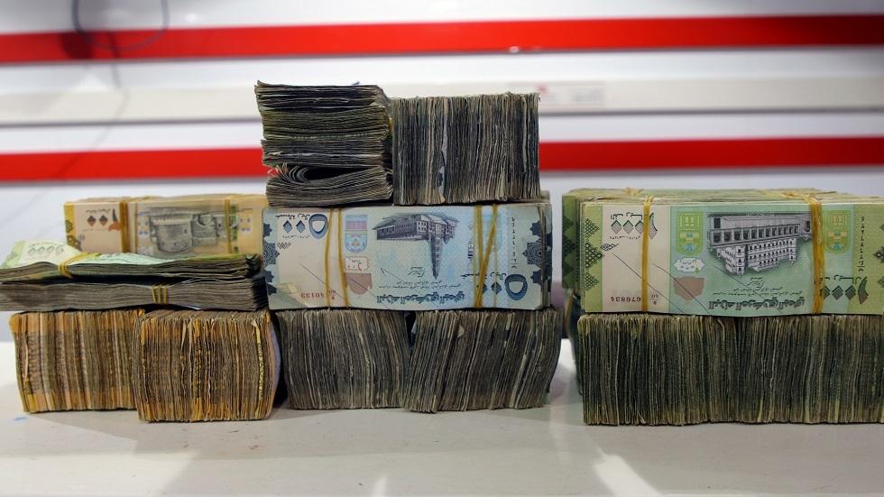 الحكومة اليمنية تعلق تحويل الأموال داخليا مؤقتا وتقر إجراءات لمنع تهريب الدولار