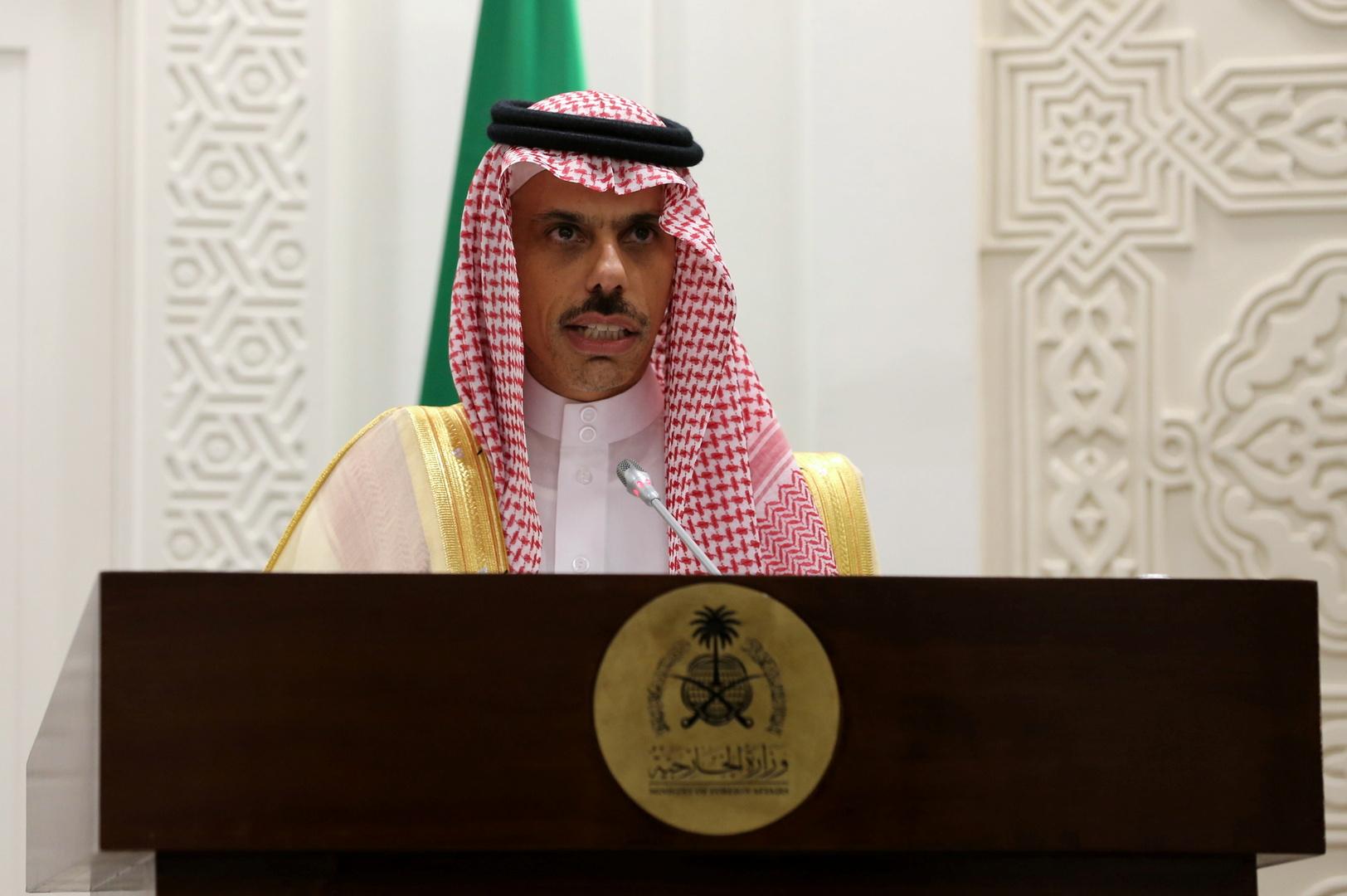وزير الخارجية السعودي يناقش مع السفير القطري