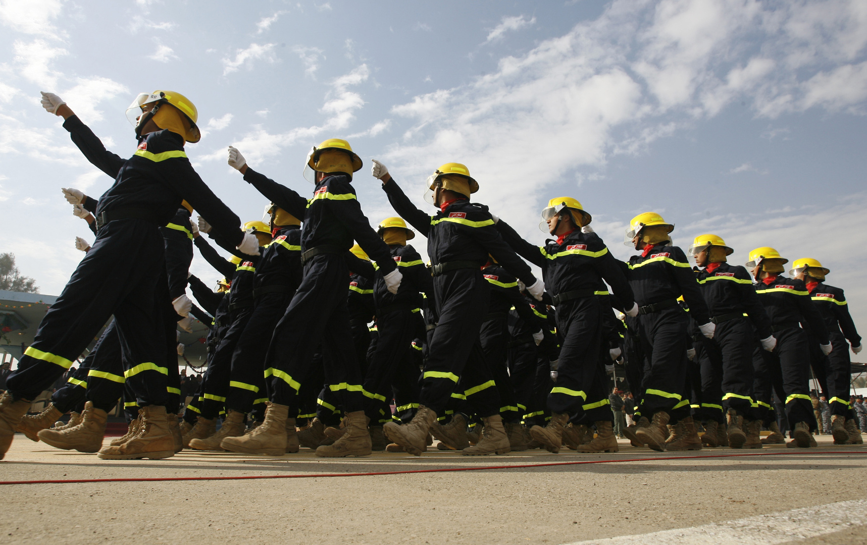 عناصر من فرق الإطفاء والإنقاذ العراقية