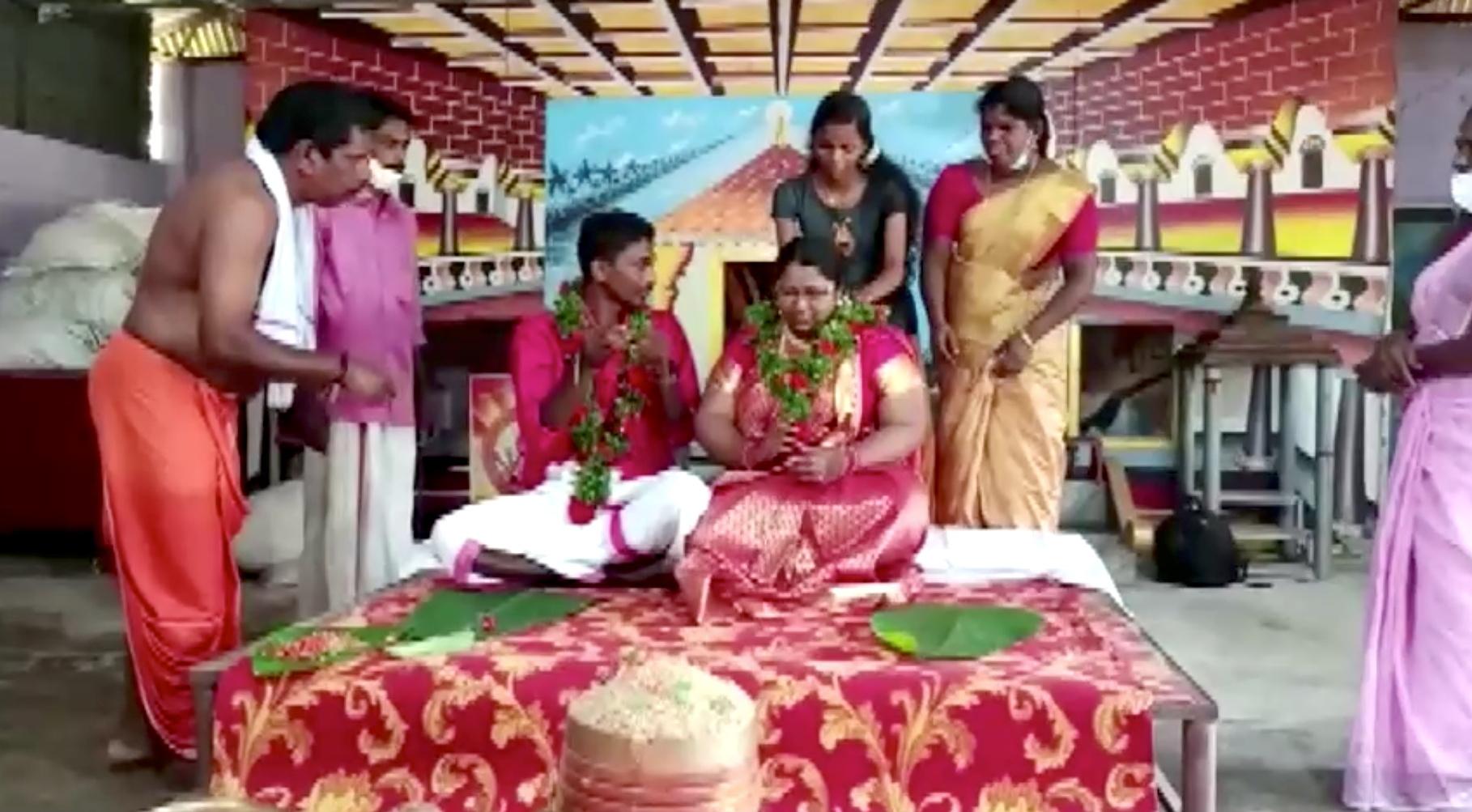 بالفيديو..عريسان هنديان يتوجهان لزفافهم بـ