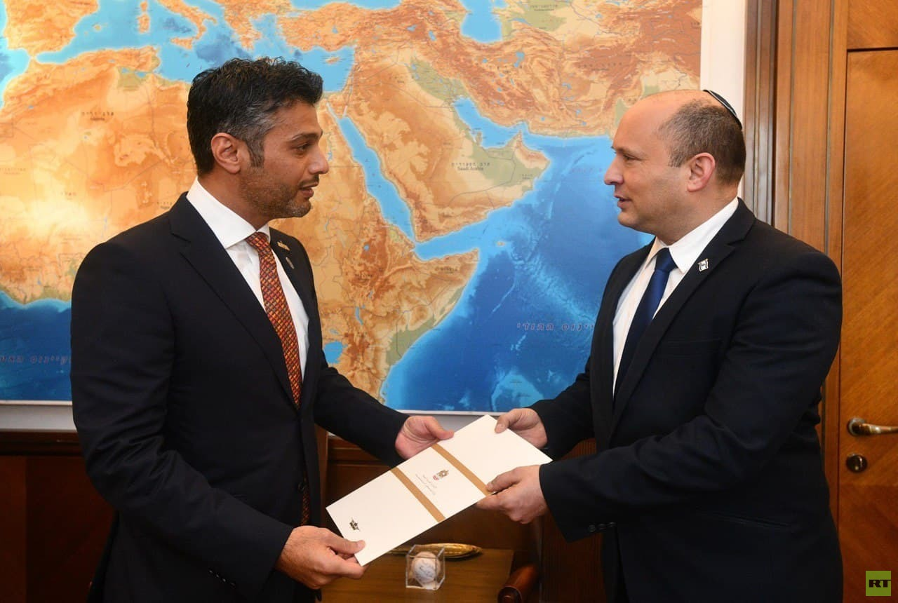 رئيس الوزراء الإسرائيلي مع سفير الإمارات