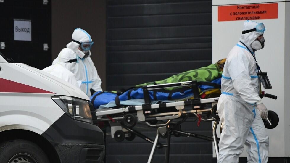 فريق طبي ينقل مصابا بفيروس كورونا إلى مركز الحجر الصحي في بلدة كوموناركا بضواحي موسكو.