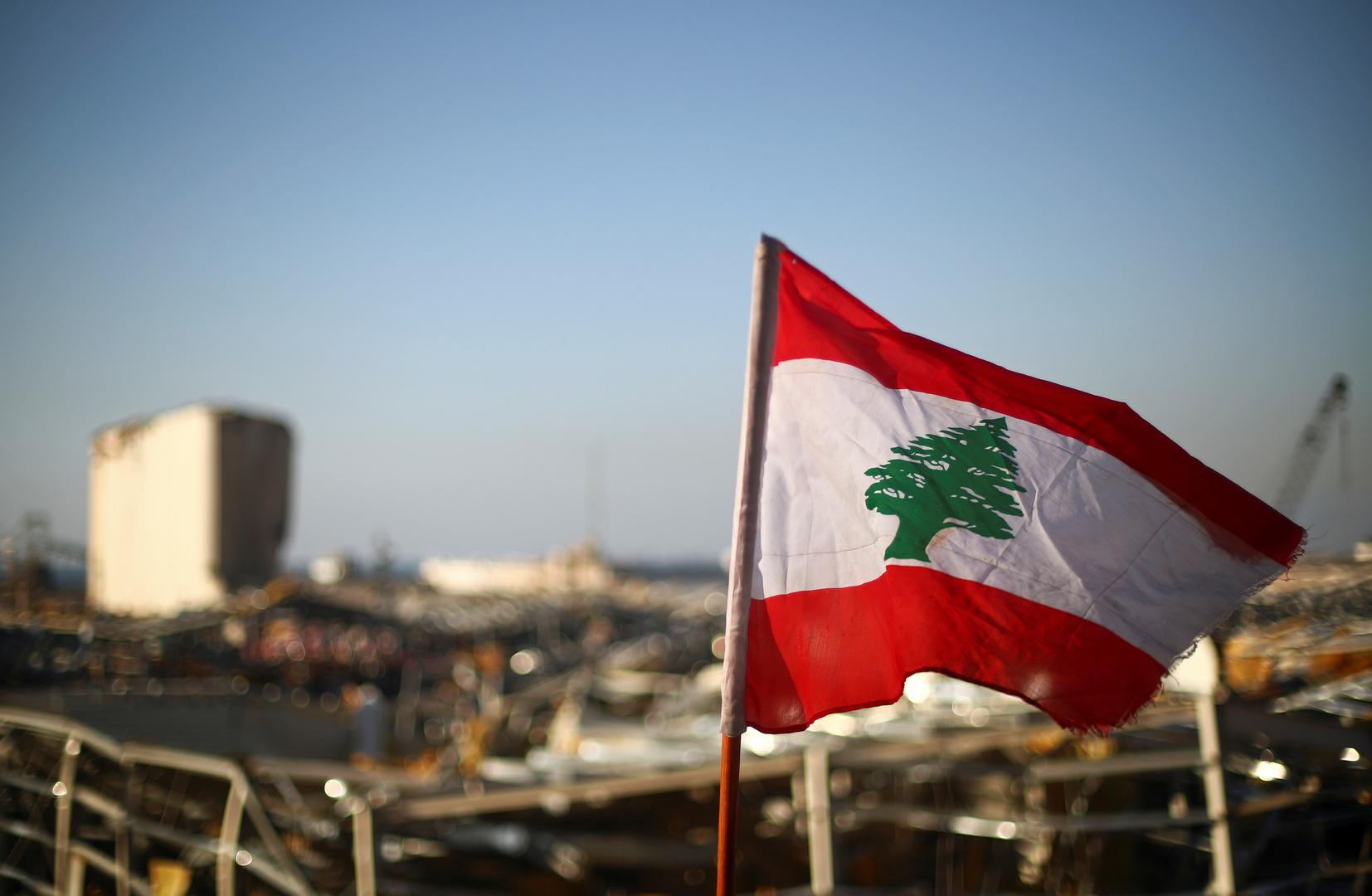 العلم اللبناني أمام مرفأ بيروت