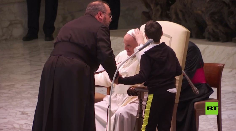 شاهد.. طفل يجذب الأنظار بطلبه قبعة البابا فرانسيس